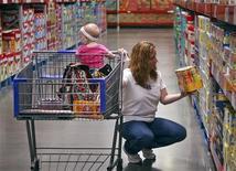 <p>La consommation des ménages français en biens a progressé de 0,1% en juin après une autre hausse révisée à 0,5% en mai, contre +0,4% annoncé initialement par l'Insee. /Photo d'archives/REUTERS/Sarah Conard</p>