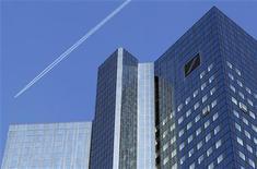 <p>Deutsche Bank fait état de résultats en forte baisse au titre du deuxième trimestre dans ses activités de banque d'investissement et de gestion pour compte de tiers, sa nouvelle équipe dirigeante prévenant que la persistance de la crise de l'euro continuera d'affecter l'activité. Le bénéfice avant impôt dans la banque d'investissement a chuté de 63% à 357 millions d'euros contre 969 millions un an auparavant. /Photo prise le 14 octobre 2011/REUTERS/Kai Pfaffenbach</p>