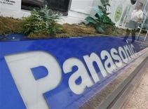 Пешеход отражается в витрине магазина Panasonic Corp, 28 июня 2012 года. Прибыль Panasonic Corp в первом квартале финансового 2012-2013 года выросла почти в 7 раз после сокращения издержек с целью компенсации потерь в отделении по производству телевизоров. REUTERS/Yuriko Nakao