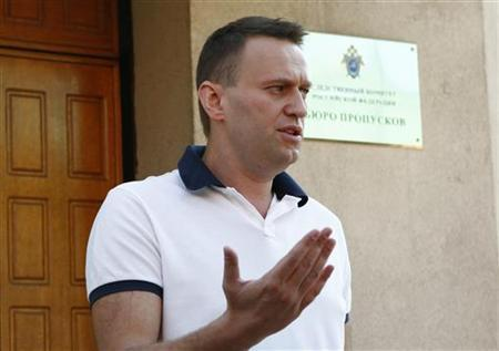 Prominent anti-corruption blogger and opposition leader Alexei Navalny speaks to the media after arriving at the Investigative Committee of the Russian Federation in Moscow July 31, 2012. REUTERS/Mikhail Voskresensky
