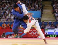 Leandro Guilheiro luta com japonês Takahiro Nakai (azul) durante repescagem do judô na categoria meio-médio nos Jogos Olímpicos de Londres. Judoca sofreu a segunda derrota seguida e foi eliminado da competição. 31/07/2012 REUTERS/Kim Kyung-Hoon