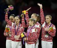 Российские гимнастки на церемонии награждения на Олимпиаде в Лондоне, 31 июля 2012 года. Россия завоевала три медали в четвертый день Олимпийских игр в Лондоне, дважды остановившись в шаге от высшей награды. REUTERS/Mike Blake