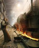 Рабочий в цеху принадлежащего Русалу Красноярского алюминиевого завода, 28 ноября 2008 года. Рост деловой активности в обрабатывающем секторе РФ оказался слабым в июле 2012 года, уровень занятости стабилизировался, а инфляционное давление осталось относительно небольшим, свидетельствуют данные последнего исследования, проведенного компанией Markit для HSBC. REUTERS/Ilya Naymushin