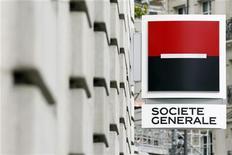 """Логотип Societe Generale у отделения банка в Париже 13 сентября 2011 года. Французский банк Societe Generale завершил второй квартал 2012 года с падением прибыли на 42 процента, пострадав от одноразовых списаний российской """"дочки"""" - Росбанка, и американского фонда TСW, следует из отчетности SG. Чистая прибыль SG упала до 433 миллионов евро, его доходы снизились на 3,6 процента до 6,27 миллиарда евро. REUTERS/Charles Platiau"""