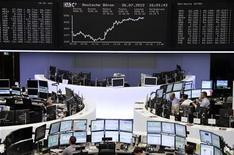 Трейдеры работают в зале Франкфуртской фондовой биржи, 31 июля 2012 г. Европейские акции растут при поддержке хорошей квартальной отчетности компаний и в надежде на решительные действия Европейского Центробанка и ФРС США. REUTERS/Thomas Peter