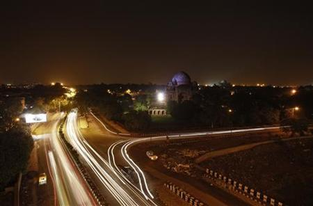 Traffic moves along a busy road after electricity was restored in New Delhi July 31, 2012. REUTERS/Adnan Abidi