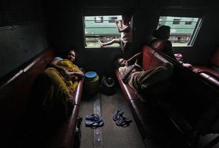 Passengers rest inside a train while waiting for the electricity to be restored at a railway station in Kolkata July 31, 2012. REUTERS/Rupak De Chowdhuri