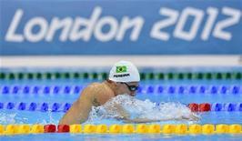 Thiago Pereira nada durante prova dos 400 metros medley nas preliminares no Centro Aquático dos Jogos Olímpicos de Londres. Pereira, que entrou nos Jogos Olímpicos de Londres confiante em brigar pelo pódio nos 200m medley, avançou para as semifinais da prova. 28/07/2012 REUTERS/Toby Melville
