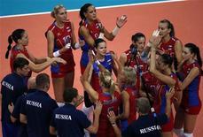 Российские волейболистки празднуют победу над командой Алжира на Олимпийских играх в Лондоне, 1 августа 2012 г. Женская сборная России по волейболу одержала в среду третью подряд победу на групповом этапе на Олимпийских играх в Лондоне. REUTERS/Ivan Alvarado