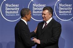 Президент США Барак Обама приветствует президента Украины Виктора Януковича на саммите в Вашингтоне 12 апреля 2010 года. Испытывающая дефицит средств Украина могла бы заработать лишний $1 миллиард, если бы США отменили заградительные пошлины на украинскую металлургическую и химическую продукцию, сказал Рейтер первый вице-премьер Валерий Хорошковский. REUTERS/Jim Young