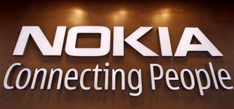 <p>Foto de archivo del logo de la firma Nokia impreso en su tienda insigne de Helsinki, sep 29 2010. Las acciones de Nokia subieron un 11 por ciento el miércoles con un gran volumen de negocios, por el supuesto interés del fabricante de ordenadores chino Lenovo en la deficitaria compañía de móviles finlandesa, aunque la firma asiática negó luego la información. REUTERS/Bob Strong</p>