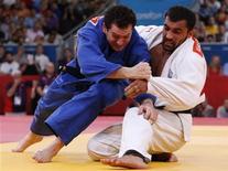 O grego Ilias Iliadis luta contra o brasileiro Tiago Camilo (esquerda) numa partida nos Jogos Olímpicos de 2012 em Londres, no Reino Unido. 01/08/2012 REUTERS/Kim Kyung-Hoon