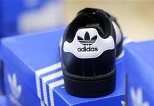 <p>Adidas prévoit pour l'exercice en cours des résultats dans le haut de la fourchette précédemment annoncée, grâce notamment aux retombées du sponsoring de l'Euro 2012 et des Jeux olympiques de Londres. /Photo d'archives/REUTERS/Michaela Rehle</p>