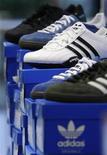 Спортивная обувь Adidas в магазине в Мюнхене, 3 марта 2010 года. Немецкий производитель спортивных товаров Adidas повысил прогноз годовой прибыли после отчета за второй квартал благодаря спонсорским контрактам на Евро-2012 и летней Олимпиаде в Лондоне. REUTERS/Michaela Rehle