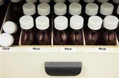 Баночки для рецептурных препаратов в аптеке в Нью-Йорке, 23 декабря 2009 года. Крупнейший российский фармдистрибутор Протек увеличил выручку во втором квартале 2012 года на 20,5 процента в годовом исчислении до 28,305 миллиарда рублей, сообщила компания в четверг. REUTERS/Lucas Jackson