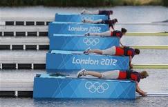 Судьи держат лодки перед стартом соревнований по гребле на Олимпиаде в Лондоне 30 июля 2012 года. На Олимпийских играх в Лондоне в среду будут разыграны 18 комплектов наград. Ниже представлено расписание медальных дисциплин. REUTERS/Darren Whiteside
