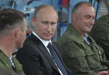 Russian President Vladimir Putin (2nd L) visits the base of the independent airborne assault brigade number 31, on the eve of the Paratroopers' Day, in the city of Ulyanovsk on the Volga River August 1, 2012. REUTERS/Alexei Nikolskyi/RIA Novosti/Pool