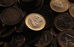 Монеты евро в Риме, 9 декабря 2011 года. Европейский центробанк в четверг сохранил ключевую ставку на уровне 0,75 процента годовых, как и ожидалось, желая узнать, будут ли и дальше замедляться инфляция и экономика, прежде чем принимать решение о новых сокращениях. REUTERS/Tony Gentile