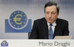 <p>La Banque centrale européenne va élaborer dans les prochaines semaines un programme d'achat ferme pour stabiliser les coûts d'emprunt des pays de la zone euro en difficulté, a indiqué son président Mario Draghi. /Photo prise le 2 août 2012/REUTERS/Alex Domanski</p>