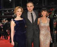 "Integrantes do elenco do filme ""Bel Ami"" Robert Pattinson (C), Christina Ricci (D) and Holliday Grainger posam no tapete vermelho no Festival Internacional de Berlim, na Alemanha. 17/02/2012 REUTERS/Morris Mac Matzen"