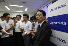 <p>Le président de Renesas, Yasushi Akao. Le fabricant japonais de semi-conducteurs prévoit une perte nette de 150 milliards de yens (1,56 milliard d'euros) pour l'exercice 2012-2013, sous l'effet d'une concurrence féroce et de la baisse des prix des puces. /Photo prise le 2 août 2012/REUTERS/Yuriko Nakao</p>