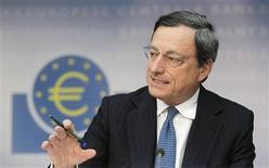 <p>Le président de la Banque centrale européenne Mario Draghi a déclaré que la BCE se préparait à racheter des obligations souveraines italiennes et espagnoles sur le marché mais qu'elle ne le ferait qu'une fois que les gouvernements de la zone euro auront permis aux fonds de sauvetage de la région d'en faire de même. /Photo prise le 2 août 2012/REUTERS/Alex Domanski</p>
