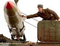 Белорусские солдаты снаряжают баллистическую ракету на учениях в Островичах под Минском 12 ноября 2002 года. Президент Белоруссии Александр Лукашенко, уволивший глав ПВО и погранслужбы после того, как шведский самолет сбросил над страной десант из плюшевых медведей в знак поддержки белорусских диссидентов, велел впредь не колеблясь применять оружие к нарушителям границы. REUTERS/Vasily Fedosenko