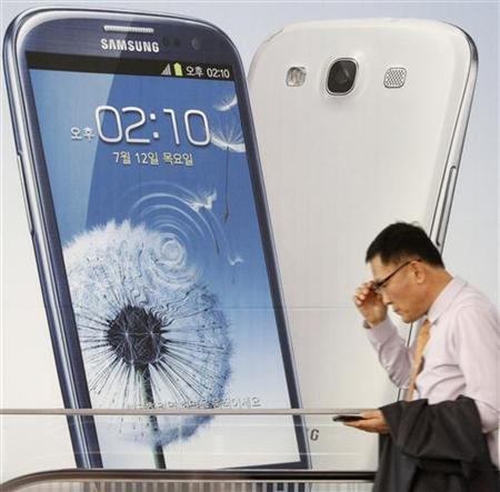 A man uses his mobile phone at a Samsung Electronics store in the company's main office building in Seoul July 27, 2012. Samsung Electronics Co , the world's top technology firm by revenue, reported on Friday a record operating profit of $5.9 billion for the June quarter, as rampant Galaxy S handset sales helped stretch its lead over Apple Inc. REUTERS/Kim Hong-Ji