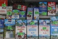 Молочные продукты на витрине уличного ларька в Москве 12 марта 2012 года. Индекс потребительских цен в РФ в июле 2012 года вырос на 1,2 процента к июню и на 5,6 процента к июлю 2011 года, сообщил Росстат. REUTERS/Sergei Karpukhin
