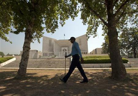 A policeman walks past the Supreme Court building in Islamabad June 14, 2012. REUTERS/Faisal Mahmood