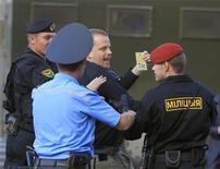 Белорусская милиция пытается задержать шведского дипломата Давида Эмтестама в центре Минска 22 июня 2011 года. Белоруссия выслала посла Швеции за его действия в поддержку демократии, сообщил в пятницу шведский министр иностранных дел. REUTERS/Vasily Fedosenko