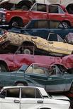"""Утилизированные автомобили в Люберцах, 24 июня 2010 г. Новая правительственная программа утилизации автотранспорта начнет действовать уже осенью этого года, однако слово """"утилизация"""" снова придется писать в кавычках. РФ защитит отечественных производителей от дешевых иностранных конкурентов и пополнит бюджет, но как эти деньги направить на создание индустрии переработки автохлама никто пока не знает. REUTERS/Sergei Karpukhin"""