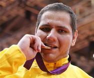 Medalhista de bronze Rafael Silva morde medalha em cerimônia após vencer categoria acima de 100kg de judô nos Jogos Olímpicos de Londres. 03/08/2012 REUTERS/Kim Kyung-Hoon