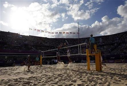 Todd Rogers and Phil Dalhausser of the U.S. play against Italy's Paolo Nicolai and Daniele Lupo during their men's round of 16 beach volleyball match at Horse Guards Parade during the London 2012 Olympic Games August 3, 2012. REUTERS/Marcelo del Pozo