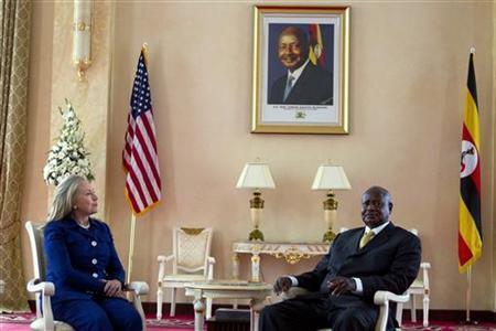 U.S. Secretary of State Hillary Clinton (L) meets with Ugandan President Yoweri Museveni at the State House in Kampala August 3, 2012. REUTERS/Jacquelyn Martin/Pool