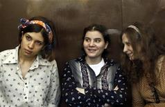 "Nadezhda Tolokonnikova (esquerda), Yekaterina Samutsevich (centro) e Maria Alyokhina, da banda punk ""Pussy Riot"", participam de audiência em um tribunal em Moscou, na Rússia, nesta sexta-feira. 03/08/2012 REUTERS/Maxim Shemetov"