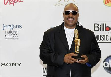 Stevie Wonder poses with the Billboard Icon Award backstage at the 2012 Billboard Music Awards held at the MGM Grand Garden Arena in Las Vegas, Nevada May 20, 2012. REUTERS/Steve Marcus
