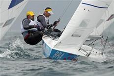 Os brasileiros Robert Scheidt e Bruno Prada velejam nas Olimpíadas de 2012 em Weymouth e Portland, no sul da Inglaterra. 31/07/2012 REUTERS/Benoit Tessier