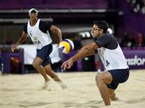 Pedro Cunha (direita) devolve a bola para Ricardo santos contra os espanhóis Pablo Herrera Allepuz e Adrian Gavira Collado durante uma partida nas Olimpíadas de 2012 em Londres, no Reino Unido. 3/08/2012 REUTERS/Marcelo del Pozo