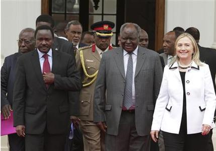 Kenya's President Mwai Kibaki (C), flanked by U.S. Secretary of State Hillary Clinton (R) and his vice-president Kalonzo Musyoka (L), leaves after a meeting at State House in capital Nairobi August 4, 2012. REUTERS/Noor Khamis