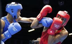 O brasileiro Everton dos Santos Lopes (direita) luta contra o cubano Roniel Iglesias Sotolongo na categoria peso-leve nos Jogos Olímpicos de 2012 em Londres, no Reino Unido. 4/08/2012 REUTERS/Murad Sezer