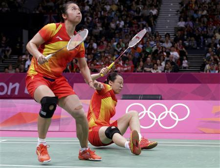 China's Tian Qing (L) looks up to return a shot as her teammate Zhao Yunlei falls down during their women's doubles badminton gold medal match against Japan's Mizuki Fujii and Reika Kakiiwa at the London 2012 Olympic Games at the Wembley Arena August 4, 2012. REUTERS/Toru Hanai