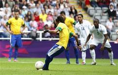 O brasileiro Neymar marca um gol num pênalti contra Honduras nas quartas de final nos Jogos Olímpicos de 2012 em Glasgow, no Reino Unido. 4/08/2012 REUTERS/David Moir
