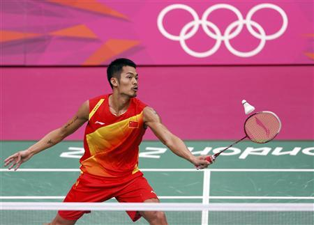 China's Lin Dan returns a shot to Malaysia's Lee Chong Wei during their men's singles badminton gold medal match at the London 2012 Olympic Games at the Wembley Arena August 5, 2012. REUTERS/Bazuki Muhammad