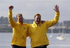 Os brasileiros Robert Scheidt e Bruno Prada comemoram medalha de bronze obtida na classe star da vela em Londres. REUTERS/Pascal Lauener