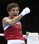 A brasileira Adriana Araújo comemora vitória sobre Khassenova no boxe. REUTERS/Murad Sezer