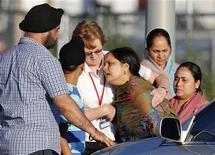 Сикхи возле храма в Оук-Крик, штат Висконсин, 5 августа 2012 года. Вооруженный мужчина убил в воскресенье шесть человек во время воскресной службы в сикхском храме в США, а позднее сам был застрелен полицейским. REUTERS/Tom Lynn