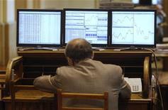 Трейдер на Мадридской фондовой бирже, 6 июля 2012 года. Европейские рынки акций открылись снижением на торгах понедельника после резкого ралли в пятницу на фоне неожиданно хорошей статистики США и сообщениях о возможных стимулах для поддержания экономики еврозоны. REUTERS/Andrea Comas