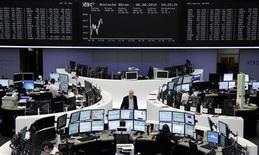 Трейдеры на торгах фондовой биржи во Франкфурте-на-Майне 6 августа 2012 года. Европейские акции взяли передышку в понедельник, зависнув у максимума четырех месяцев, в то время как инвесторы ожидают дальнейших сигналов о том, что Европейский Центробанк (ЕЦБ) может скоро предпринять шаги для снятия напряжения в еврозоне и стимулирования роста. REUTERS/Remote/Tobias Schwarz