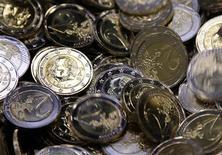 Монеты номиналом 2 евро на Монетном дворе в Брюсселе, 8 декабря 2011 года. Евро снизился в понедельник, так как инвесторы сомневаются в эффективности действий, обещанных европейскими регуляторами для спасения еврозоны. REUTERS/Yves Herman
